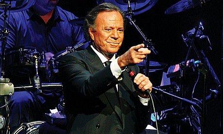 Foarte puține bilete vîndute la concertul lui Julio Iglesias de la Galați