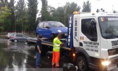 Un gălățean și-a rupt mașina într-o groapă plină cu apă de ploaie (foto)