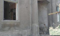 Casele vechi ale orașului cad precum piesele de domino