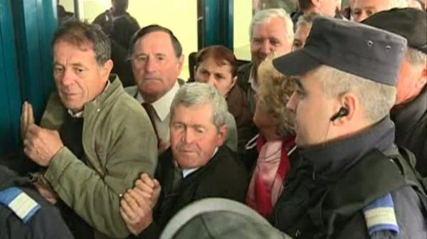 Peste o mie de gălățeni și-au lungit gîtul și mîinile ca să agațe ultima pleașcă de la Ponta