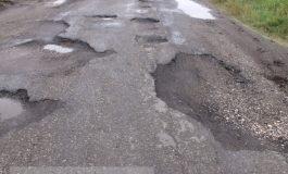 În județul Galați, drumurile se contractă, se dilată și se fură