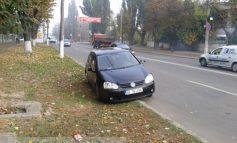 Volkswagen Golf eșuat pe b-dul G. Coșbuc (foto)