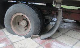 A rămas ca prostul în drum: roțile unui camion s-au scufundat în fața pasajului din Centru