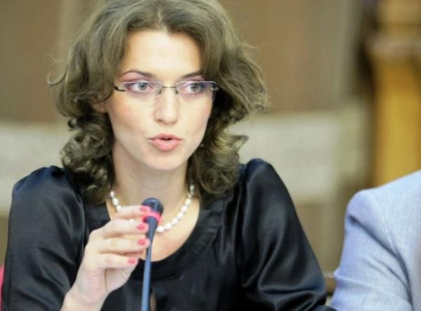 Klaus Iohannis dă președinția PNL pe mîna unei sexy-avocate din Tecuci (foto)