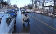 Cine-i mai handicapat: primarul Stan sau nenea ăsta în cărucior cu rotile?