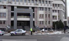 """Manoliu e idiot? Polițiștii locali, puși să păzească """"parcarea"""" din fața Tribunalului"""
