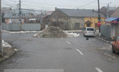 Un morman de zăpadă blochează o intersecție din oraș