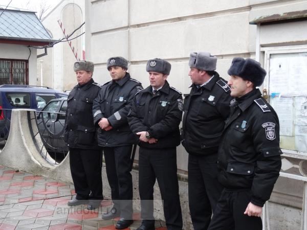 Polițiști locali din Galați făcînd ceea ce știu, adică nimic (foto)