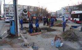 Iar li s-a spart rectul celor de la Apă Canal, care au blocat și o stradă (foto)