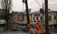 Întrebare pentru primarul Marius Stan: de cîte săptămîni are nevoie ca să repare un stîlp doborît de o mașină în centrul orașului?