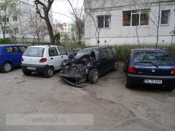 O rablă cu motorul făcut zob ocupă degeaba un loc de parcare (foto)