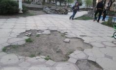 Primăria promite marea asfaltare, dar nu este în stare să cîrpească aleile din Parcul Eminescu