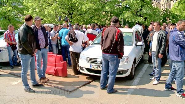 Greva șoferilor de maxi-taxi: o mîrlănie și o bătaie de joc!