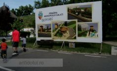 Faleza Dunării stă să se prăbușească cu tot cu panourile Primăriei care anunță modernizarea zonei
