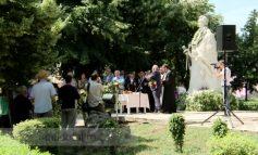 Stan și Bacalbașa au ajuns la mîna marelui poet Mihai Eminescu