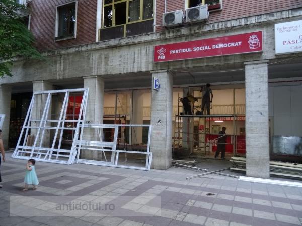 Au spart toate geamurile de la sediul PSD Galați (foto)