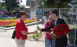 Ionatan Țuțu suferă de nebăgare în seamă și dă trandafiri la tot cartieru' (foto)