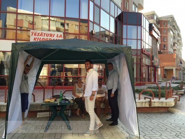 George Stângă face politică la cort, cu pufuleții pe masă