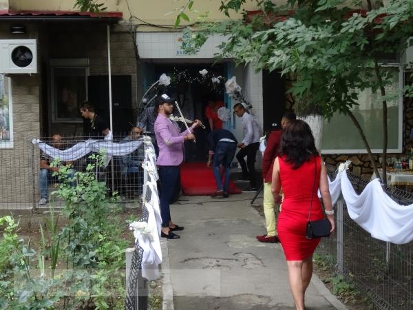 Nuntă în faţa unui bloc din Micro 40: interlopi, lăutari şi manele asurzitoare (video)