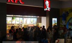 Prostia nu are limite: gălăţenii stau la coadă la porcăriile KFC, pe banii lor