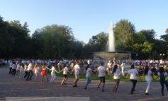 O horă nasoală cu pretenții de flash mob, în Grădina Publică (video)