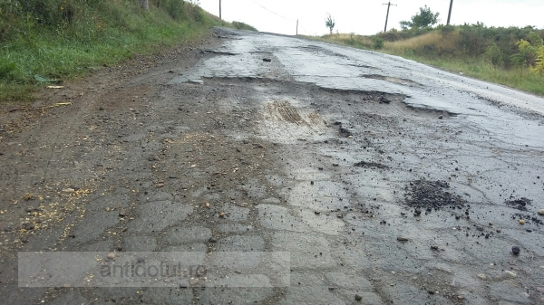 """Pe drumurile județene din Galați este la modă lozinca """" pe aici nu se trece"""""""