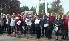 Gălățenii țin la tradiții: pensionarii au organizat o nouă întîlnire la Prefectură