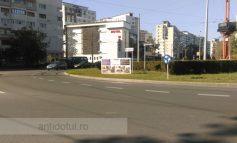 Tancrad își face cu nesimțire reclamă pe spațiul verde