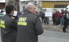 Selfie de bazar. Inspectorii ANAF s-au tras în poză cu angrosiștii de la patinoar