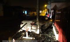 A gonit cu BMW-ul de 100.000 de euro și a rupt gardul bisericii de pe str. Eroilor (foto)