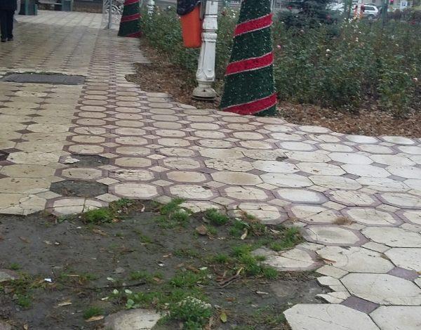 Sărbătorile de iarnă off road: în parcul Eminescu au rămas neîmpodobite doar gropile