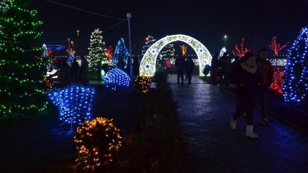 Comuna Peștera are iluminat festiv de 5 stele. Galațiul este tot în beznă (video)