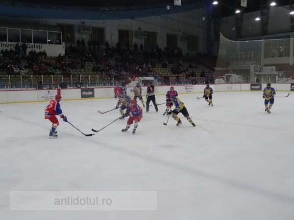 A nins cu jucării de pluș pe gheață, la meciul Dunărea – Corona Brașov (video)