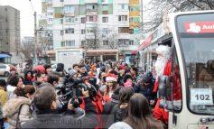 Autobuzul lui Moș Crăciun îi plimbă iar pe cei mici