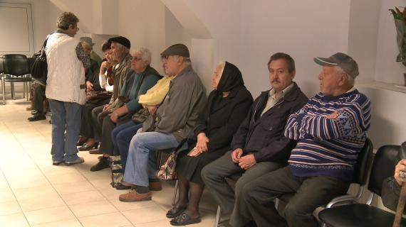 În timp ce aleșii își votează pensii speciale, sute de pensionari fac sărbătorile pe datorie