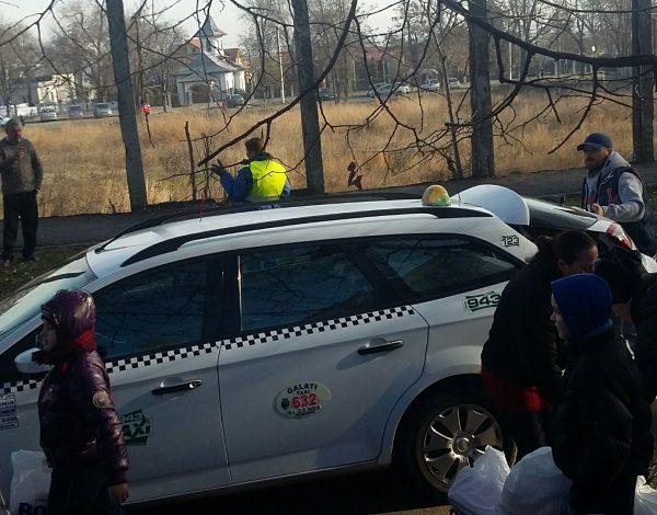 Săracii Galațiului au venit să-și ridice ajutoarele alimentare cu niște sărăcii de mașini marca Audi și Volkswagen