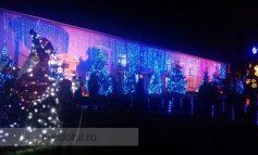 Crăciunul a fost întîmpinat cu măști, luminițe și reni ornamentali