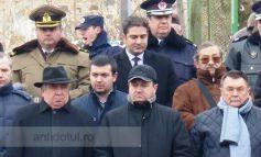 Tupeu 2016: deputatul Pîslaru și-a impus fiul în dreapta sa, la poza de Bobotează