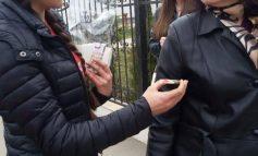 Ce față face o femeie pe stradă, cînd primește un mărțișor din partea UNPR (foto)