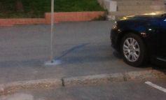Un loc de parcare pentru persoanele cu handicap făcut de niște handicapați