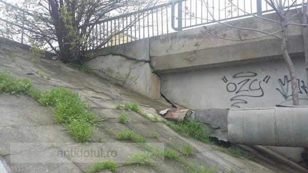După ce a văzut cum arată viaductul de la combinat, podul de la gară a crăpat și el de rușine!
