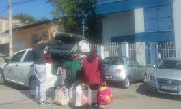 În Joia Mare, asistații cantinei sociale au cărat cu taxiul pachete cu alimente și felicitări de la primar