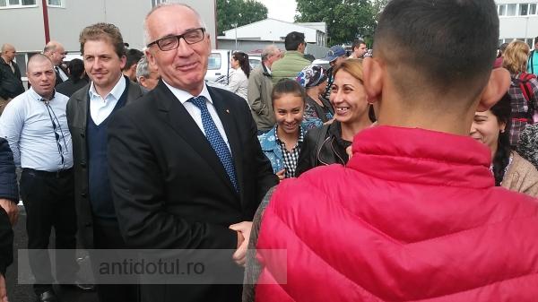 La inaugurarea cartierului social, în mulțimea de săraci și autorități a aterizat un OZN