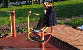 Babă cu batic, la fitness urban (foto)