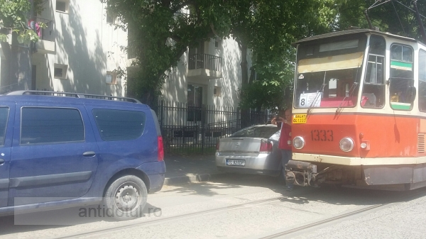 Tupeu de neam prost: o mașină a blocat minute în șir circulația tramvaielor