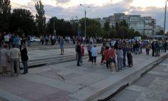 Alegerile îi îmbie pe politicieni la plimbare: zeci de membri PNL au ieșit la promenadă în fața sediului BEM