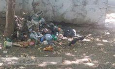 În centrul orașului, mai mulți gălățeni stau cu gunoiul la nas