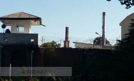 Revoltă la penitenciarul din Galați: un deținut s-a urcat pe un coș de fum