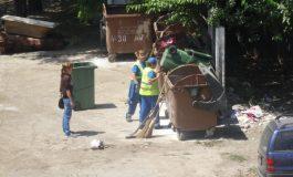 Da, se poate: la Ecosal, la doi măturători există un șef plătit să îi păzească (foto)