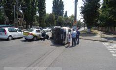 Dubă Volkswagen răsturnată de un Logan, pe b-dul Coșbuc (galerie foto)